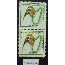 madagascar..  2 timbres 180 ariary paositra malagasy 2000 . épis de blé et plan de l
