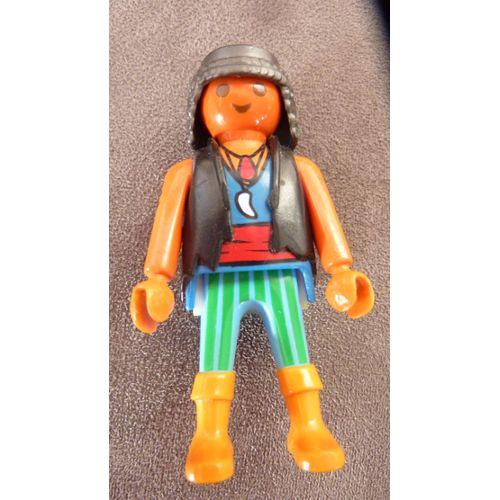 PLAYMOBIL personnage = un pirate au teint bronzé, buste avec gilet noir, pantalon vert à rayures, bras nus avec tatouage pirate, bottes coloris beige,