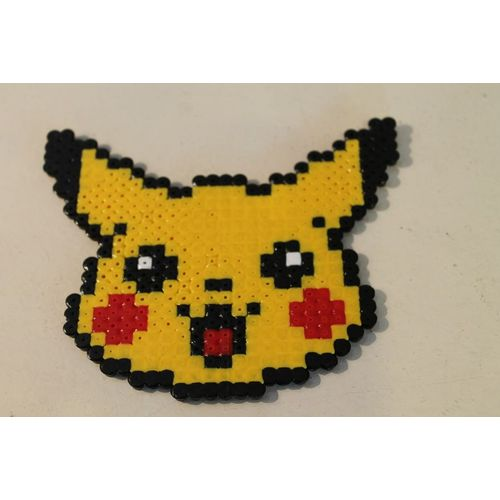 Pixel Art Tête De Pikachu Avec Des Perles à Repasser Hama